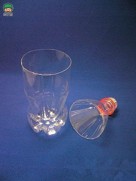 它不过是用可乐瓶,矿泉水瓶旧物改造的花瓶,是不是很惊奇,看制作步骤