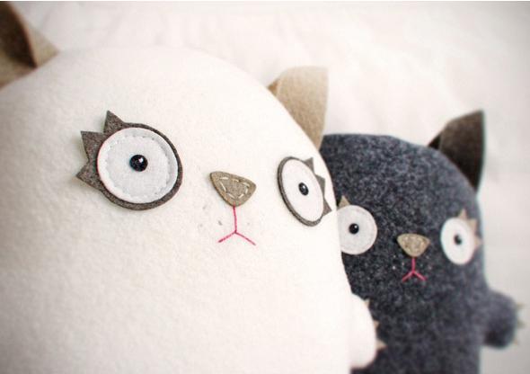 看见标题上小编写的情侣大花猫了吗,小编看见文章里的这两只猫咪看着看着就笑了,虽然确实是情侣不过样子也确实是狗萌的,傻傻的憨态可掬啊,特别是这个女款的猫咪蕾丝裙真让人啼笑皆非啊。比较适合情侣或者新婚小情侣们一起动手制作,作为抱枕靠枕来使用,所以大小尺寸大家根据自己的需要决定了。 这种布艺的手工主要是布料的版型确定,大家可以先用等比例的纸张画出轮廓线之后再拷贝到布上面,布的材料是不织布还是普通的布什么的大家根据自己的喜好吧,不织布的话可能更有味道一些。其他的材料主要就是针线和填充棉了当然还有可爱的蕾丝边噢。