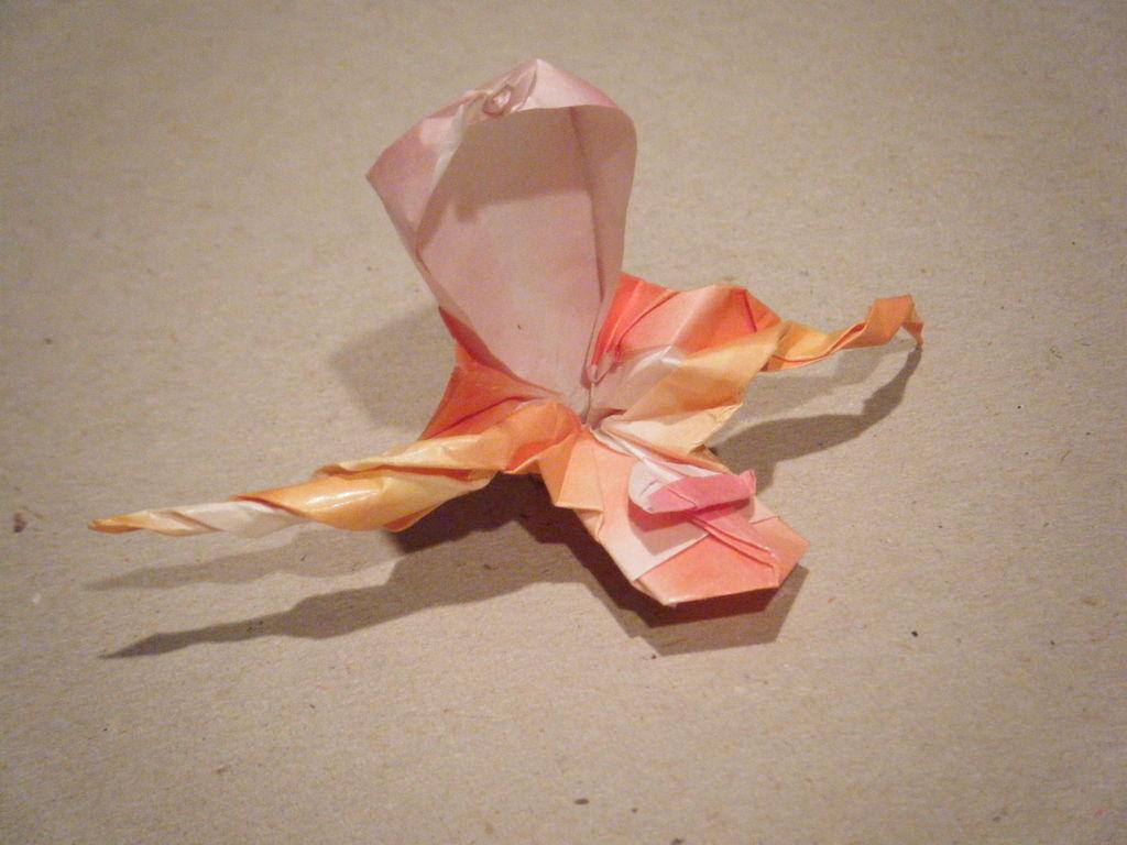 你可以有一个完整的折纸兰花为您的表的花瓶
