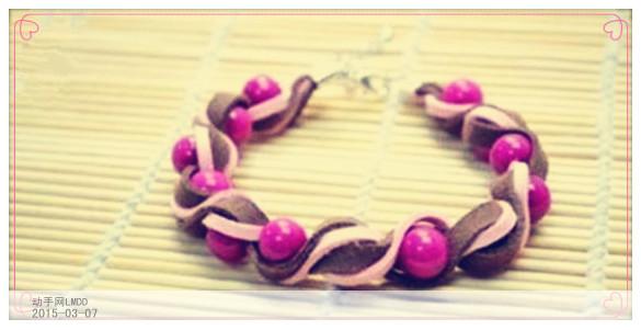 漂亮的DIY首饰永远是女孩子们夏天的最爱,它们对改变整体造型,有着不可忽略的作用,你是不是也想尝试一下呢…… 材料/工具:串珠(颜色和材质自由搭配,蜜蜡或水晶的都不错)、皮绳(毛面和光面的效果不一样哦)、编织绳、扣件、针线。  这款珠子搭配皮革的