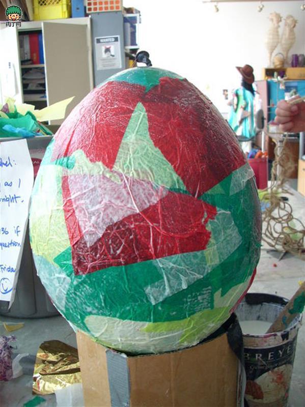 灯笼制作方法教程是最近比较受欢迎的一类手工制作教程哦,这主要是因为元宵节马上就要到来啦,所以我们需要灯笼来装饰和提升一下节日的气氛。这里推荐的这个手工制作教程就是一个相当精彩的简单气球手工灯笼的制作教程,利用气球本身的结构完成一个独特的手工灯笼的制作,简单的设计让你体会到手工制作的神奇魅力。  简单气球手工灯笼制作方法教程第一步:准备基本的材料和工具。  气球