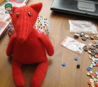 把缝好的小动物布偶的身体各部分放在一起,可以最后缝合成